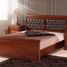κλασική κάμαρα με επιβλητικές γραμμές. Το κρεβάτι από ατόφιο ξύλο μασίφ και επιφάνειες από καρυδιά.