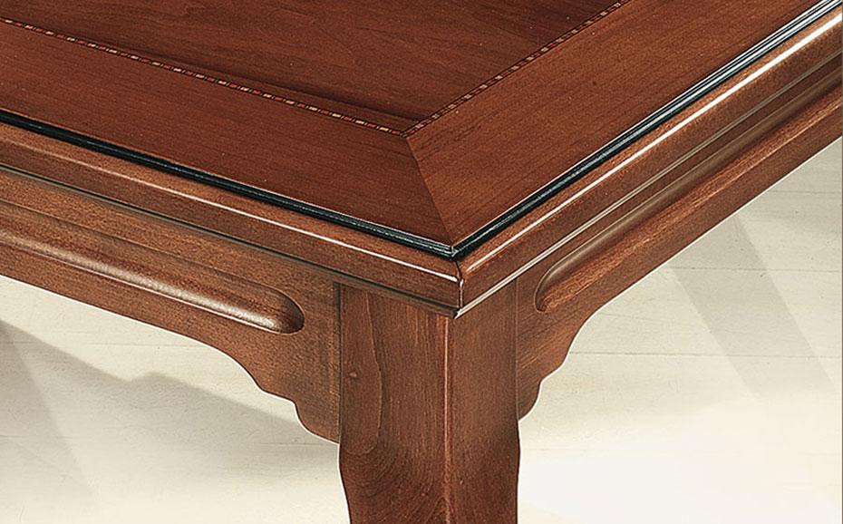 Τραπέζι στη λιτή γραμμή του νεοκλασικού στυλ από μασίφ ξύλο οξιάς.